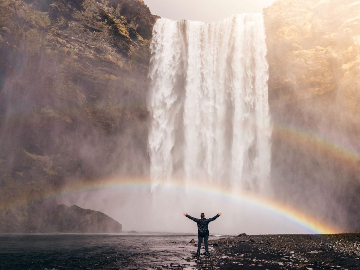 Hombre frente cascada